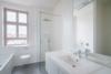Bezugsfreie & kernsanierte Altbauwohnung mit 2 Balkonen in Potsdam-Babelsberg - Tagesbelichtetes Bad