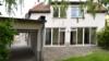 Charmantes Haus mit wunderschönem Garten - Garage und Haus