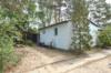 Sonniges Baugrundstück mit bewohnbarem Bungalow - Gartenhaus & Carport - Blick auf das Haus von der Straße