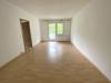 Bezugsfreie 2-Zi.Wohnung mit großzügigem Balkon und unverbaubarem Weitblick - Wohnzimmer mit Balkonzugang
